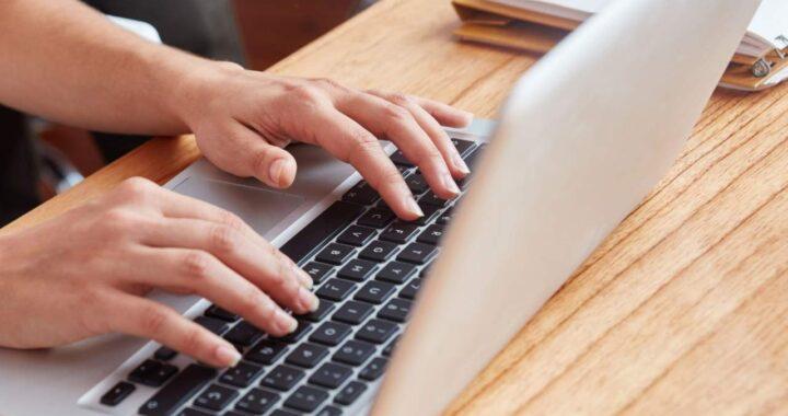 Comparativa entre la formación online para oposiciones y presencial por esmiclase.es